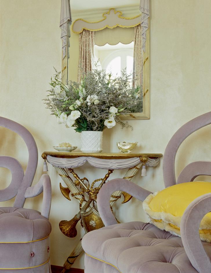Спальня хозяев. Кресла, реплика французских кресел 1930-х годов, обиты бархатом от Ralph Lauren. Антикварная консоль и зеркало выкрашены им втон.