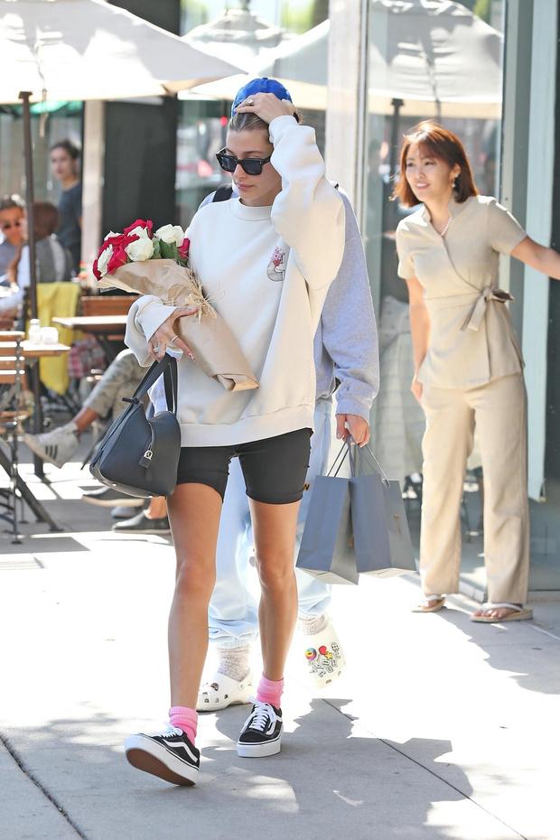 Розы и розовые носочки: романтичный образ Хейли Бибер (фото 1)